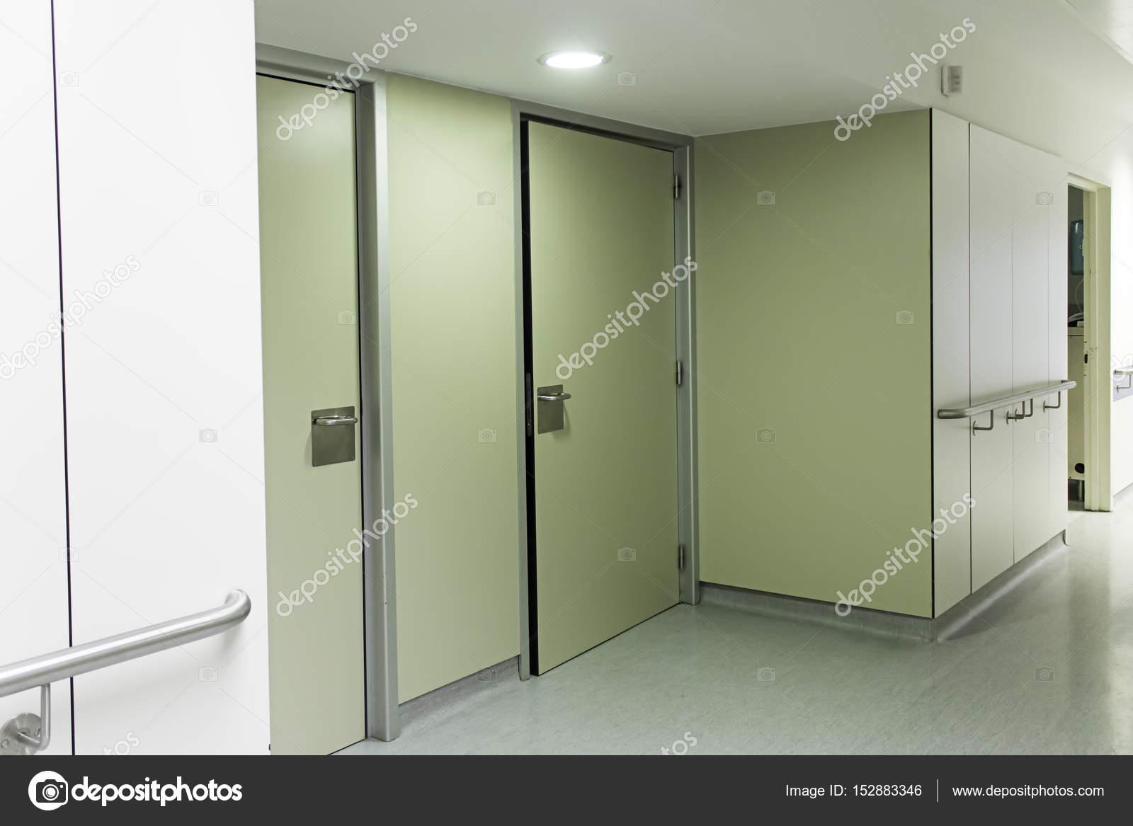 https://st3.depositphotos.com/1730367/15288/i/1600/depositphotos_152883346-stockafbeelding-interieur-gang-ziekenhuis.jpg