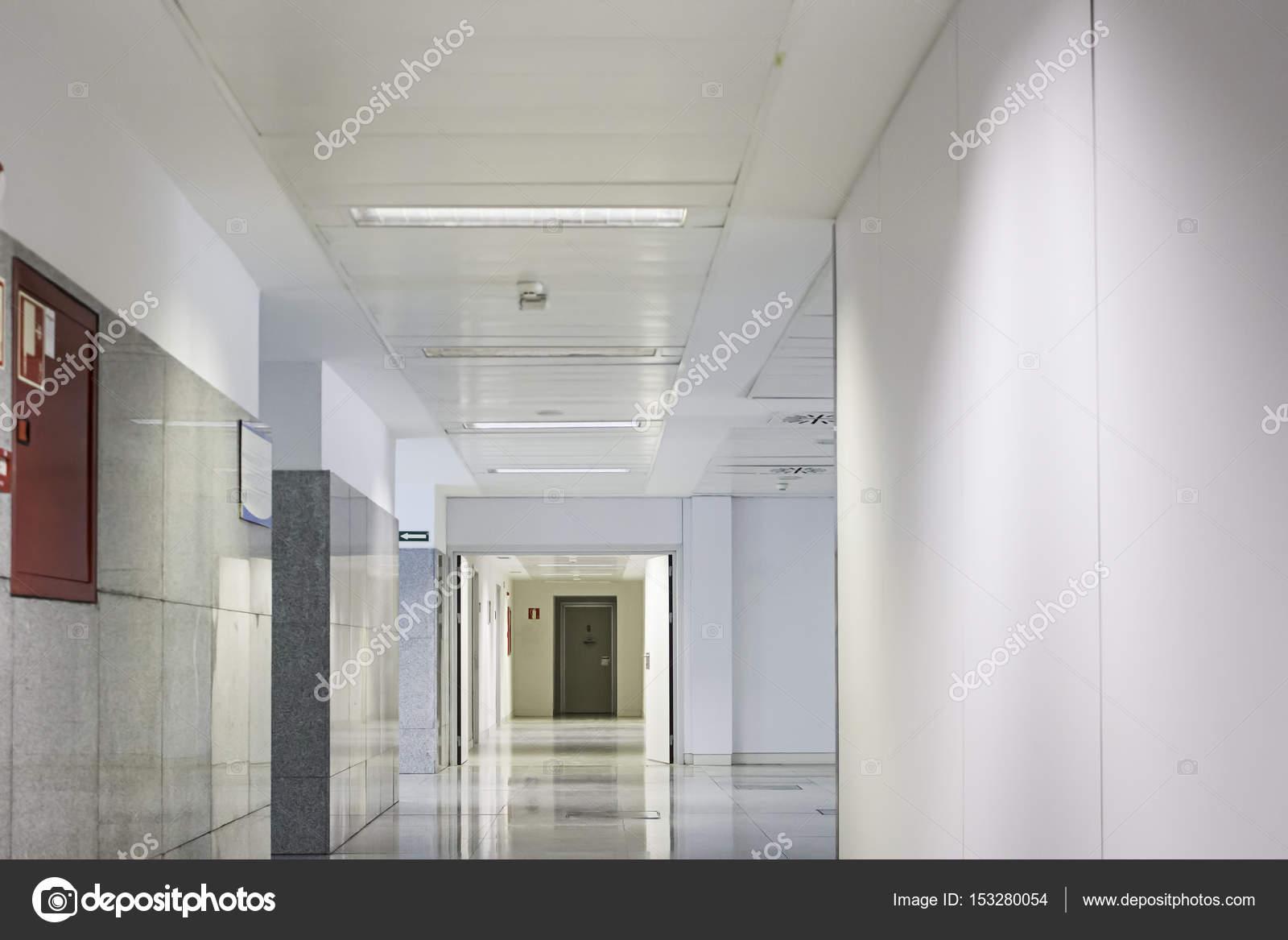 https://st3.depositphotos.com/1730367/15328/i/1600/depositphotos_153280054-stockafbeelding-interieur-gang-ziekenhuis.jpg