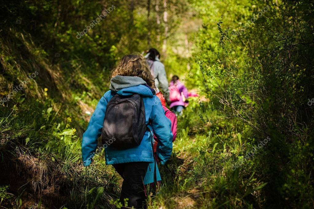 Familia haciendo trekking en montana