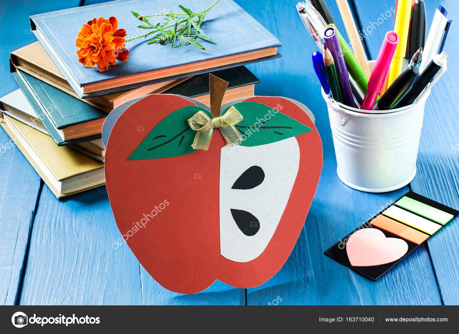 Bücher, selbstgemachte Postkarte in Form von Apple und Schule ...