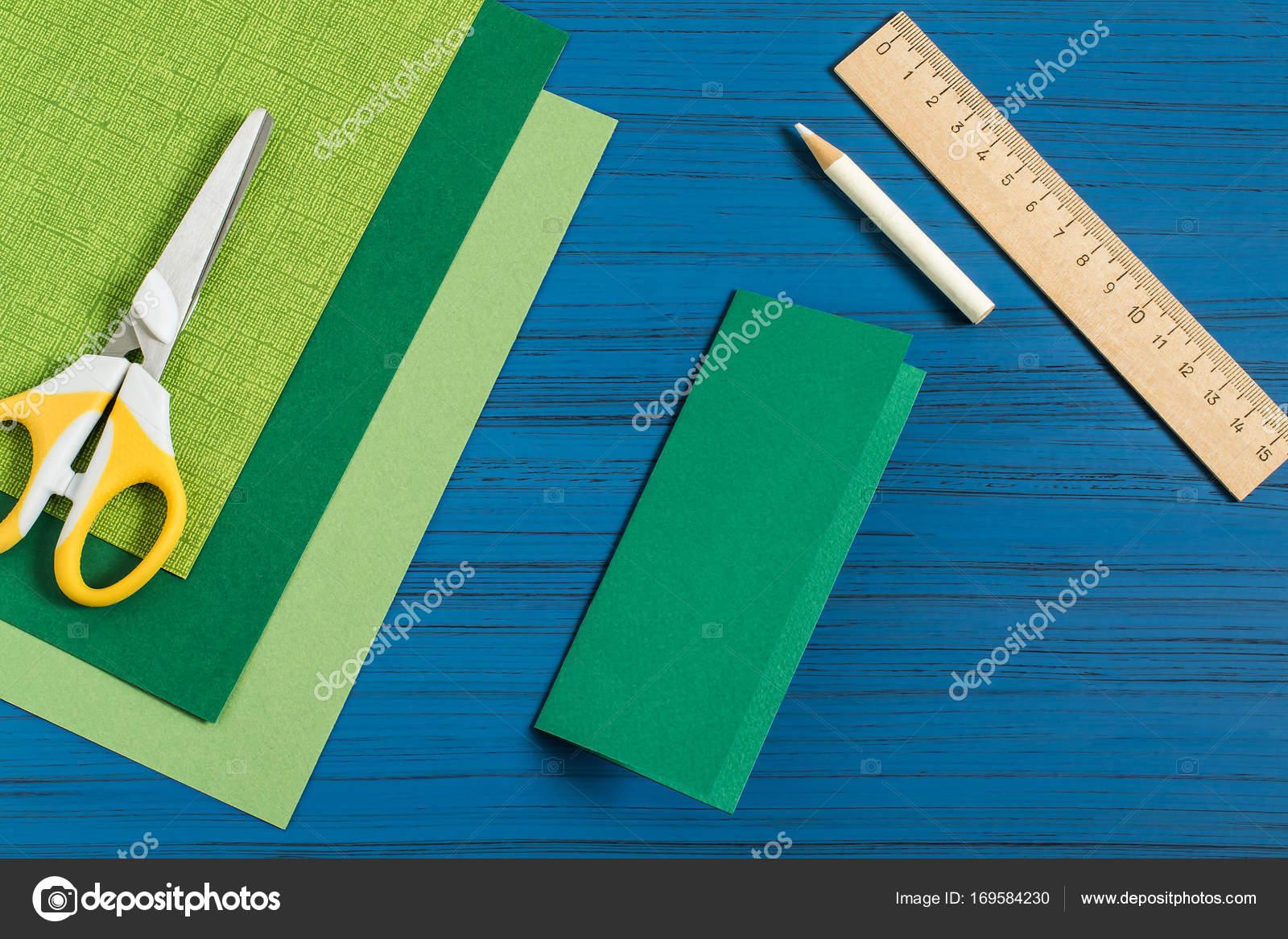 Het Maken Van 3d Kerstboom Van Papier Stap 2 Stockfoto 13 Smile
