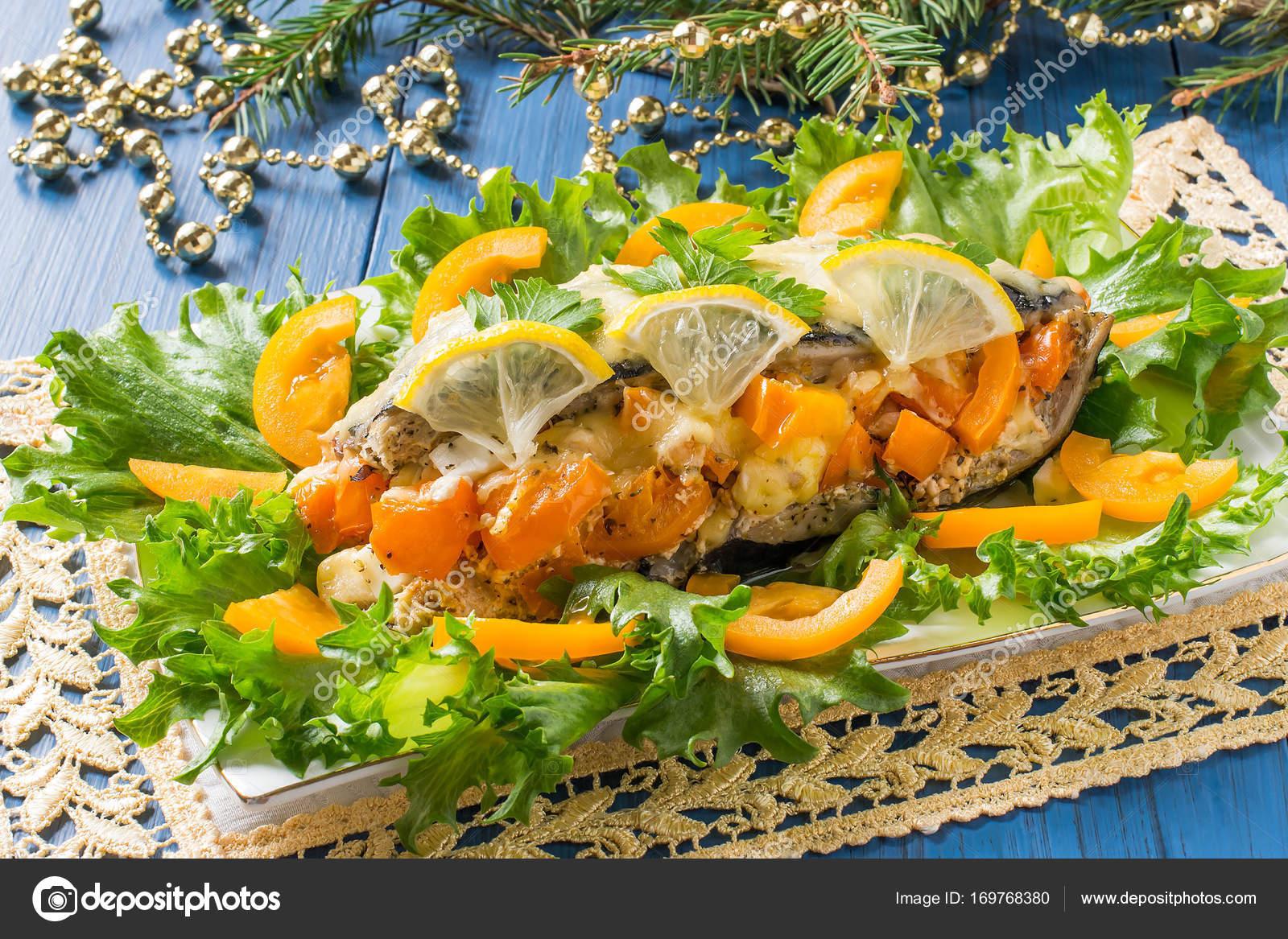 Makrele, die zu Weihnachten mit Tomaten und Käse überbacken ...