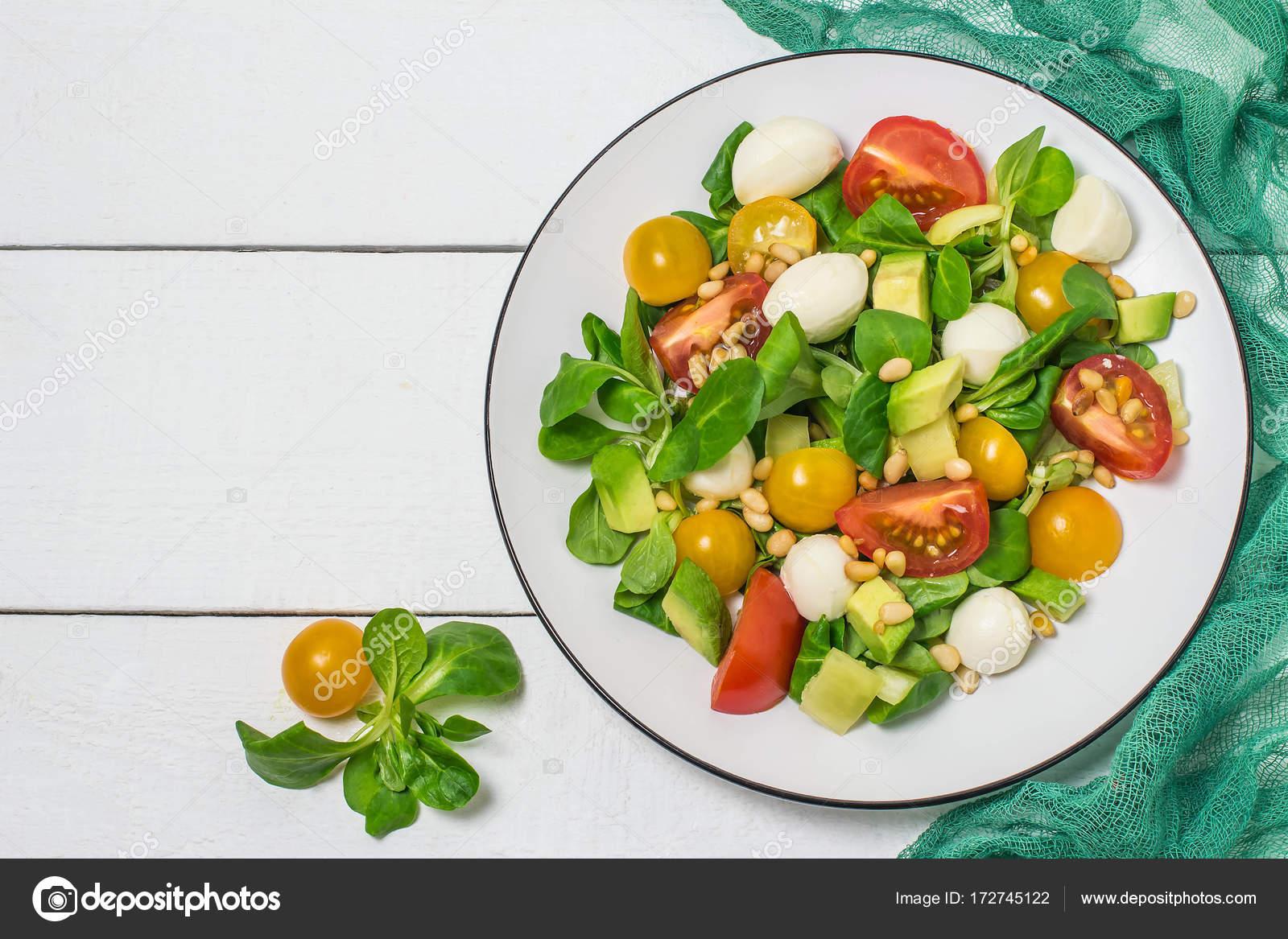 Моцарелла с помидорами и авокадо — вкусная закуска