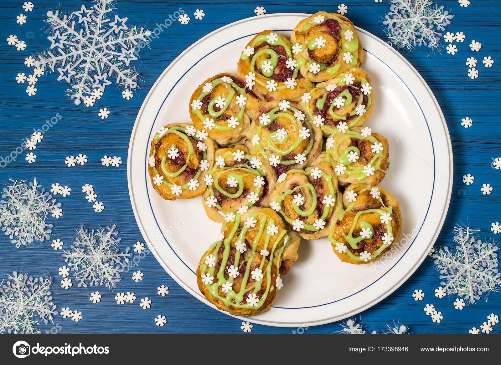 Créatif Des Gâteaux De Pâte Farcie De Canneberges Et Noix Avec Des Flocons  De Neige Glace Et Le Sucre. Original Gâteau Festif Sous Forme Du0027arbre De  Noël, ...