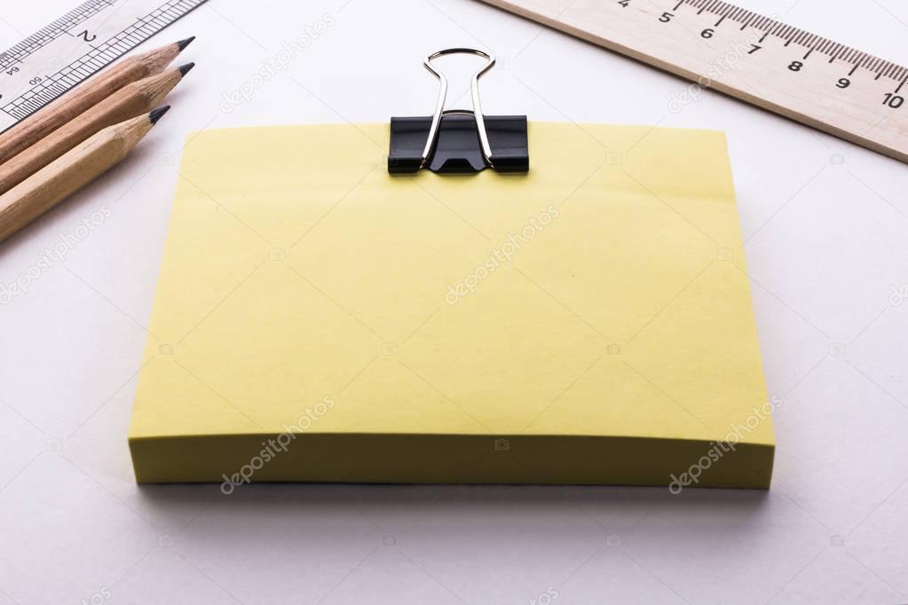 krabičku žluté listy pravítka a tužky — Stock Fotografie © leitmotif ... c5b1f8ff30