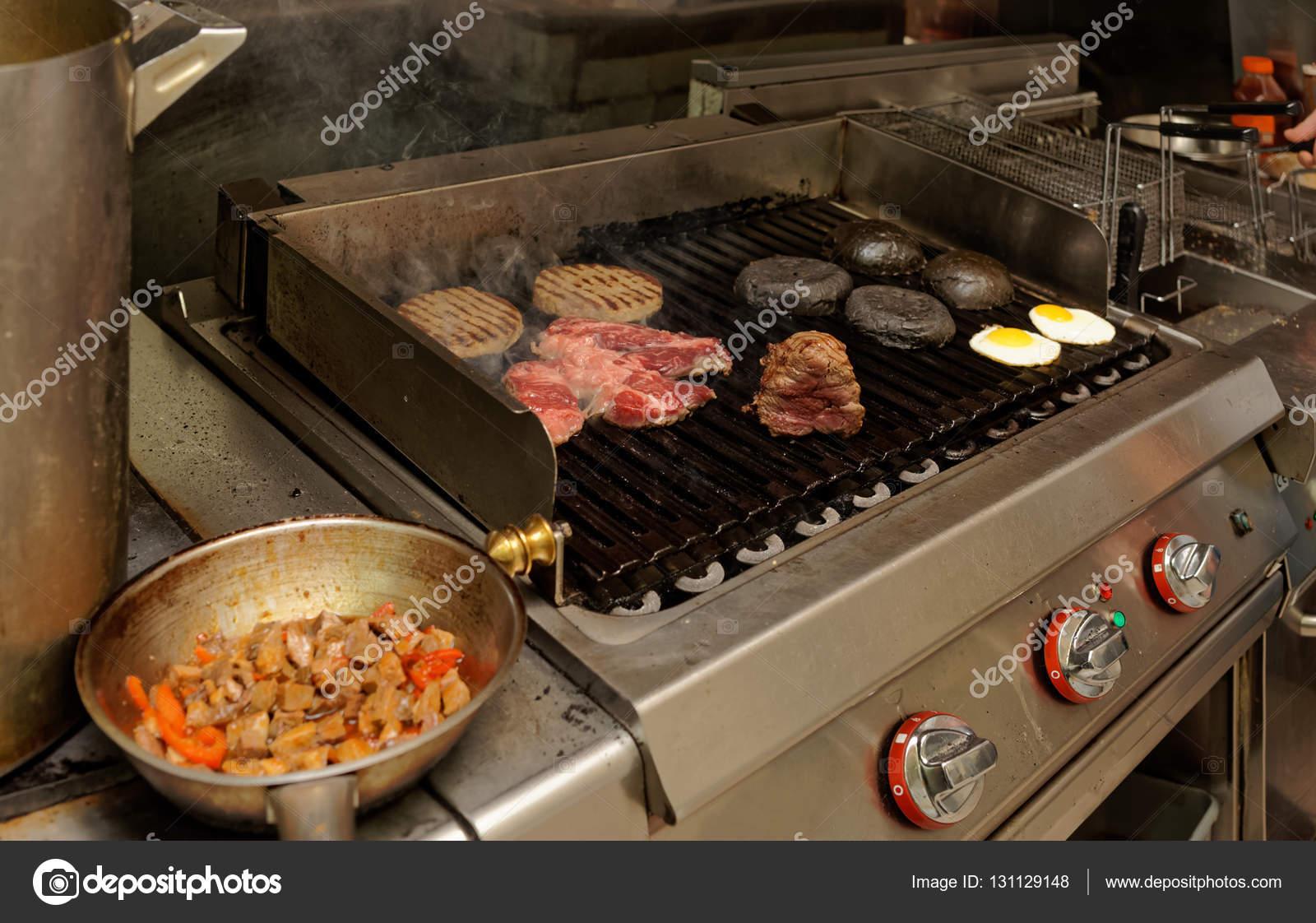 Echte Küche der bar und grill Restaurant — Stockfoto © Serreitor ...