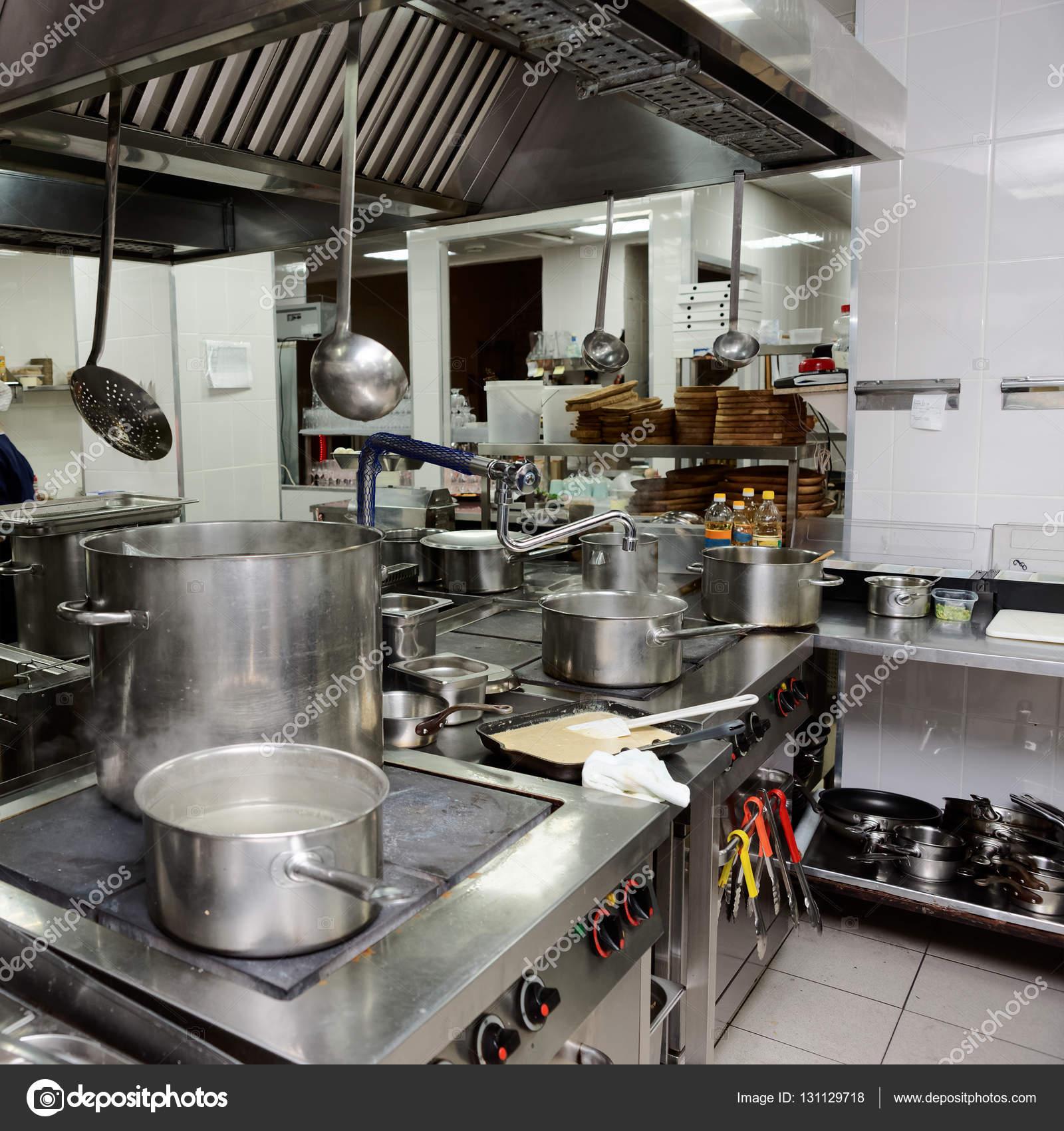 Interior Da Cozinha Profissional Stock Photo Serreitor 131129718