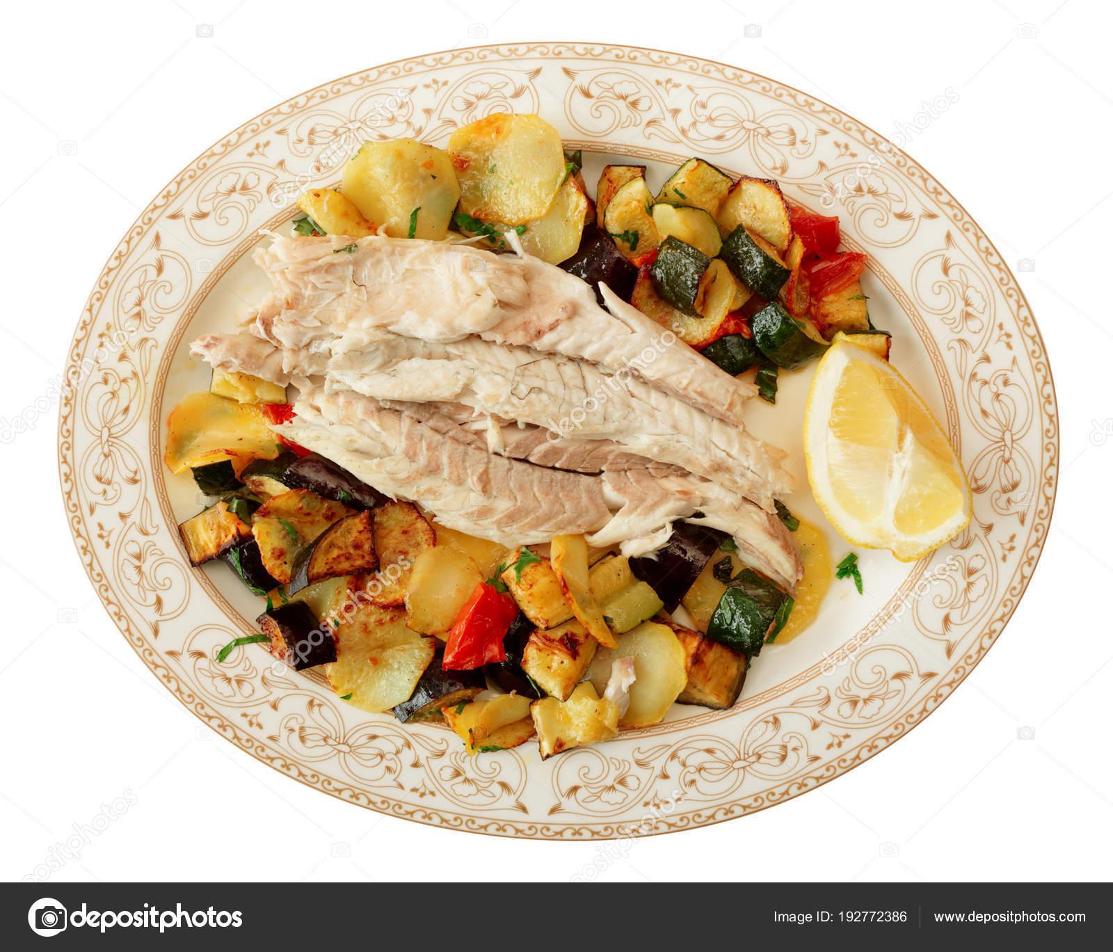 Filetto Di Pesce Al Forno Con Verdure Isolate Su Bianco Foto Stock