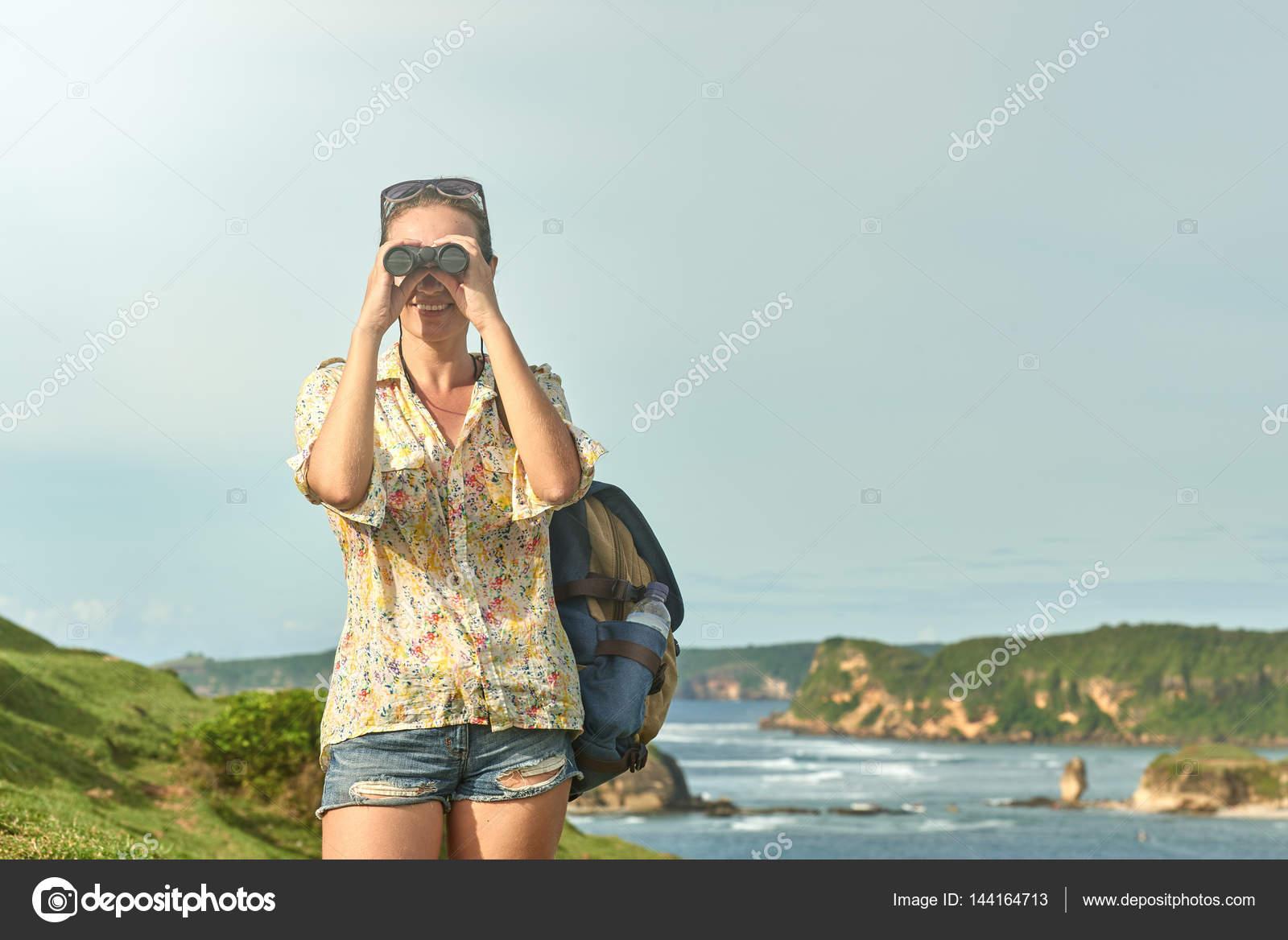 Wanderer im fernglas ansicht küste zu genießen während wandern tr