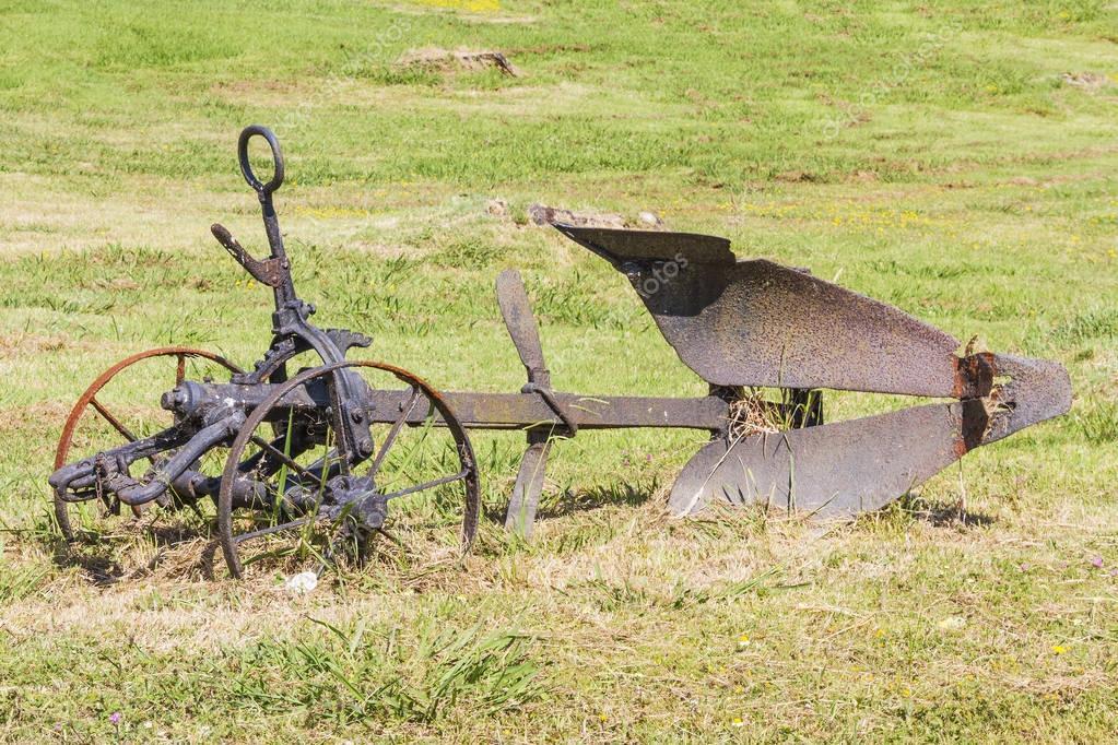 Древний плуг с быком фото