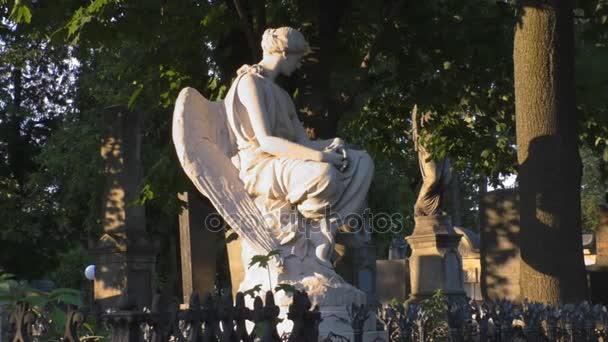 Gyönyörű női szobor egy angyal, a temetőben
