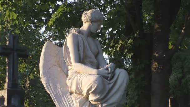 A szobor a temető angyal szárnyakkal