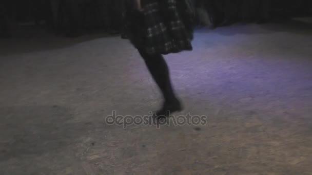Irský folk dance sólo provádí dívka
