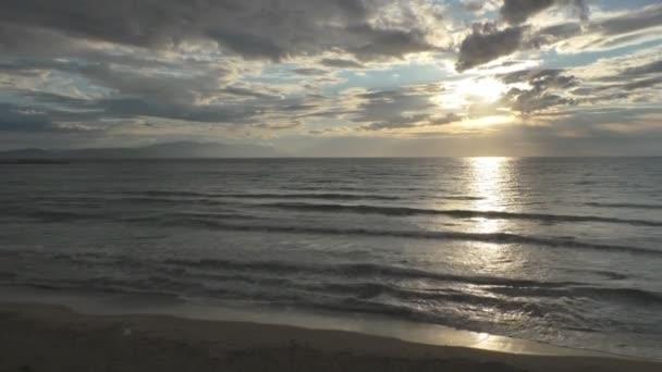 Nádherný západ slunce na moři s nebe a mraky