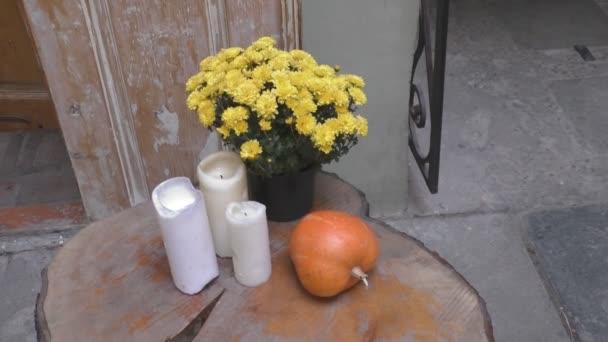 Krásné vintage podzimní Zátiší s dýní a květiny