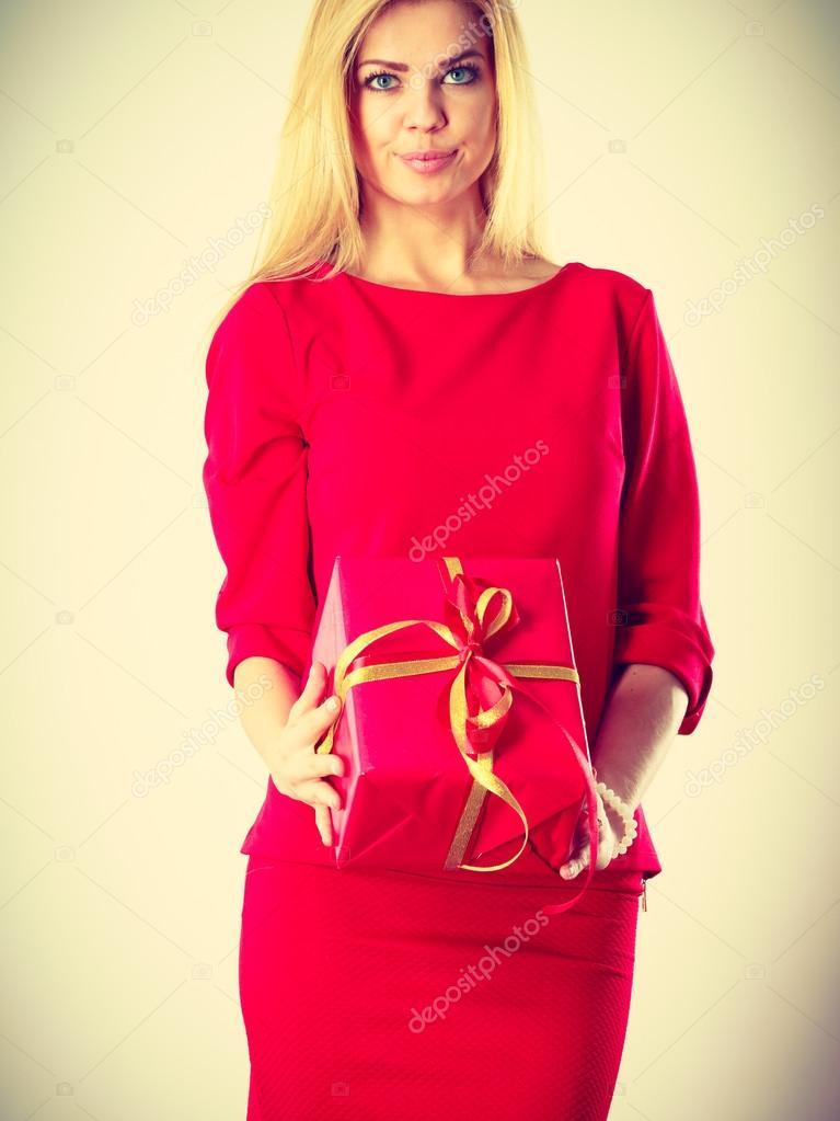 17e2098ace5 Krásná žena s červeným dárek — Stock Fotografie © Voyagerix  125109908