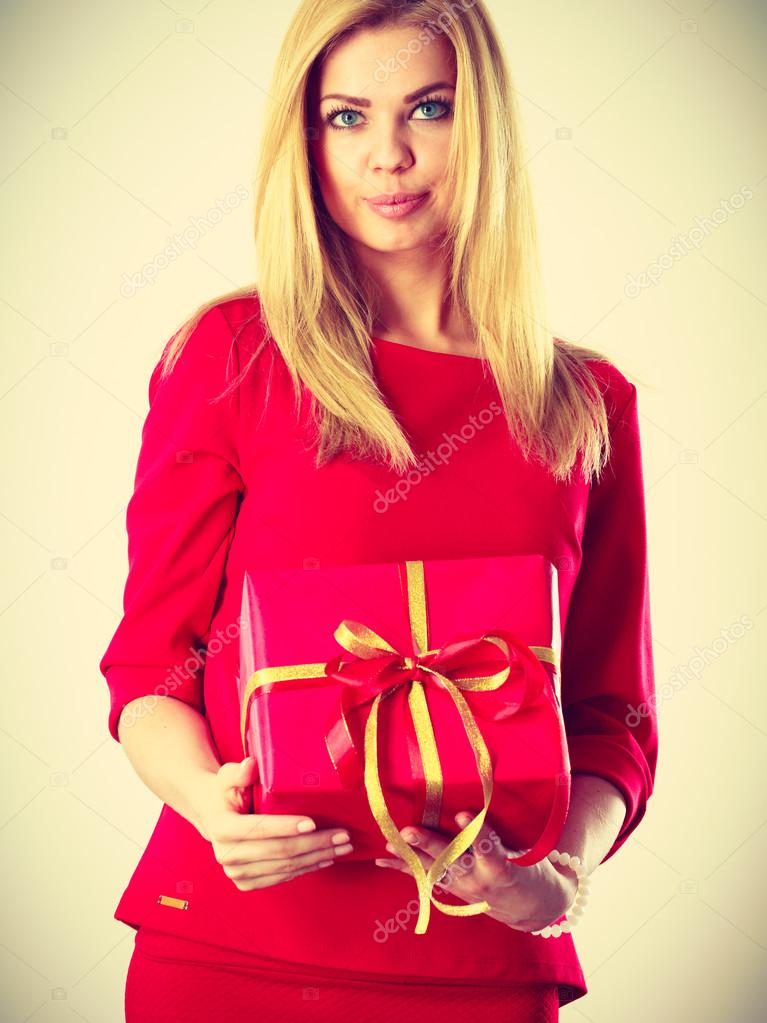 26131e0290e Krásná žena s červeným dárek — Stock Fotografie © Voyagerix  126916912