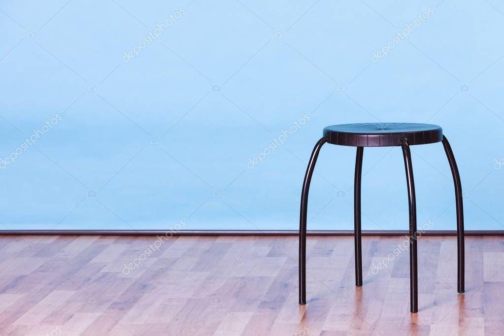 Sgabello nero stand sul pavimento di legno u foto stock