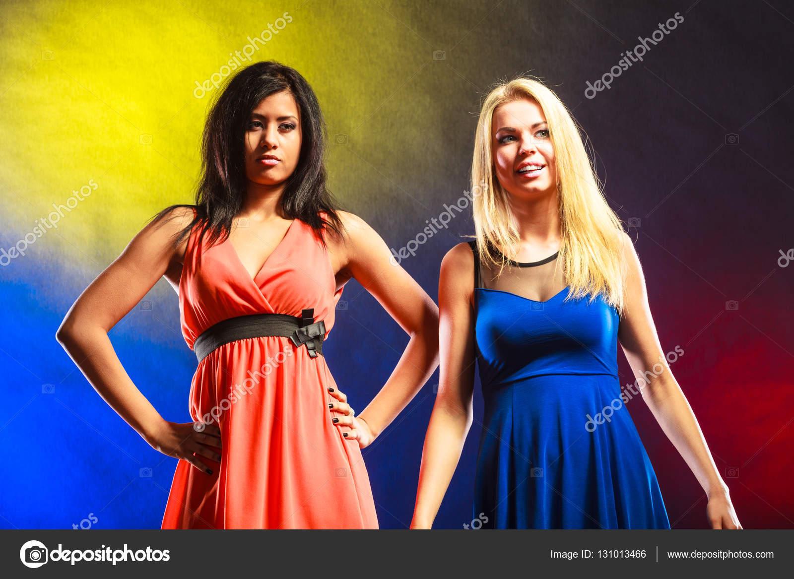 4597b67e1 Két vicces női ruhák. — Stock Fotó © Voyagerix #131013466