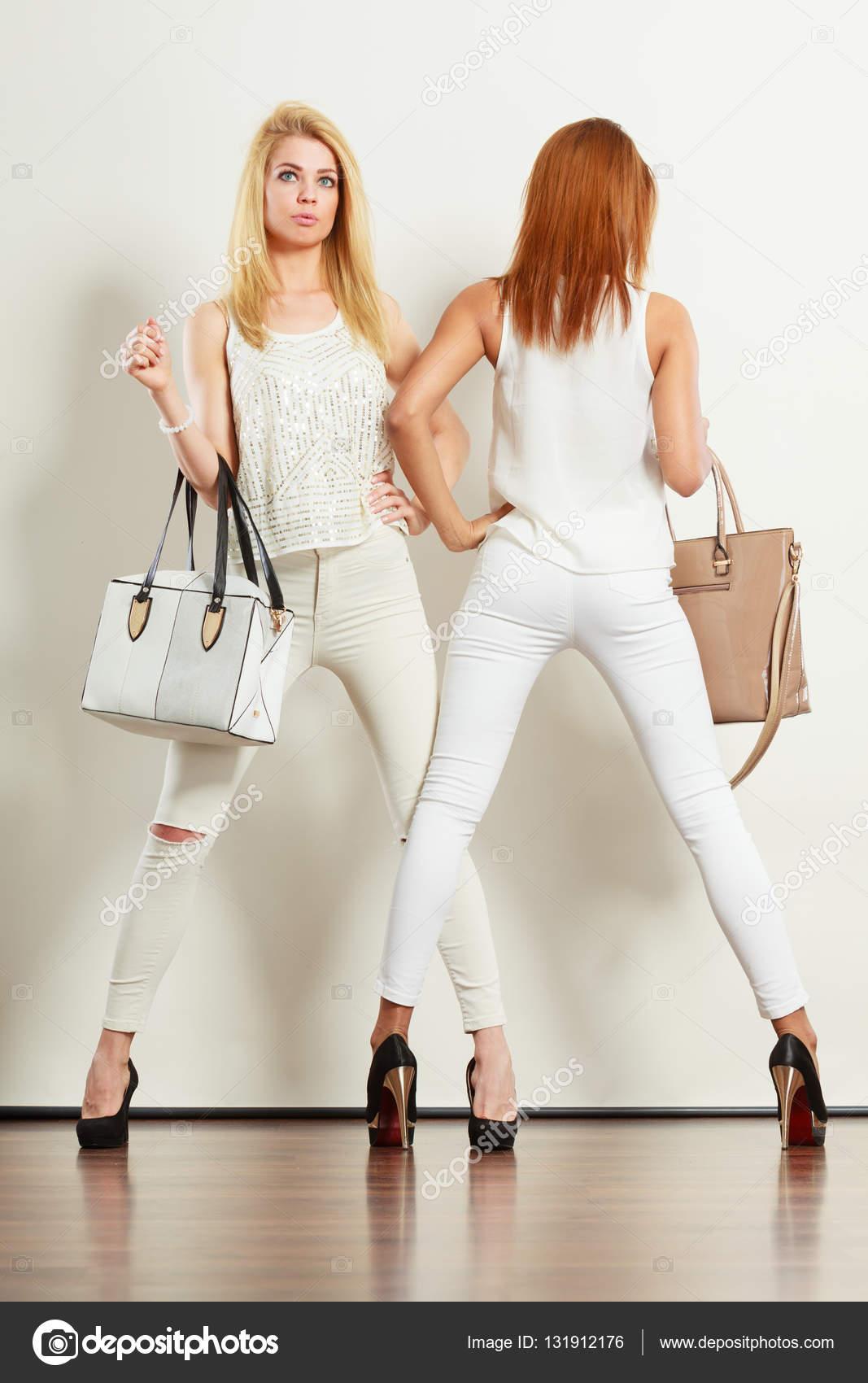 16f57612d Két karcsú nők táskák — Stock Fotó © Voyagerix #131912176