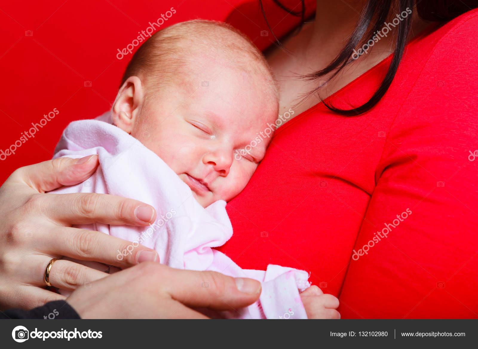 Neugeborenes Baby Schlafen Auf Mutter Brust Stockfoto Voyagerix