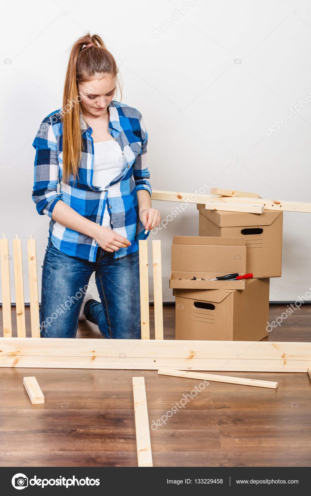 Mujer En Muebles De Ensamblaje En Casa Foto De Stock Voyagerix  # Muebles Nuevo Hogar