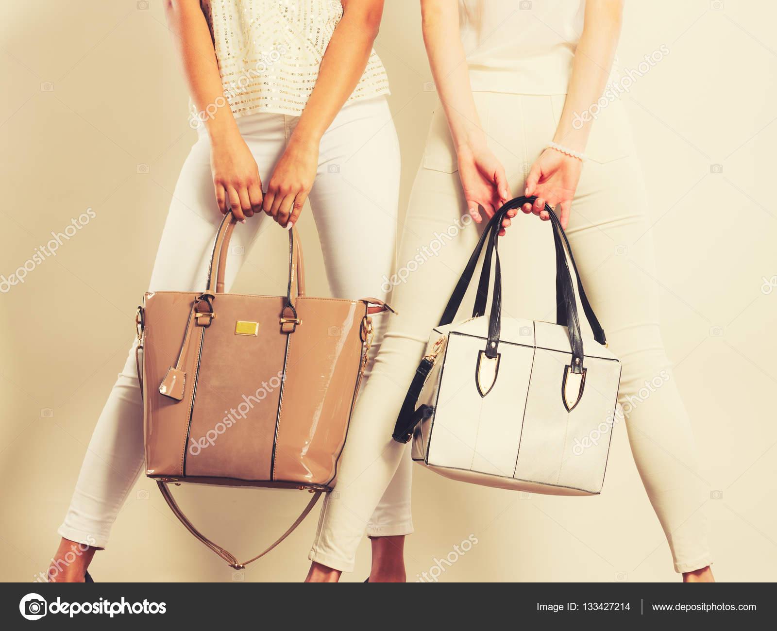 594dc76c1 Imágenes: chicas con bolsos   Moda chicas con bolsos de mano bolsos ...