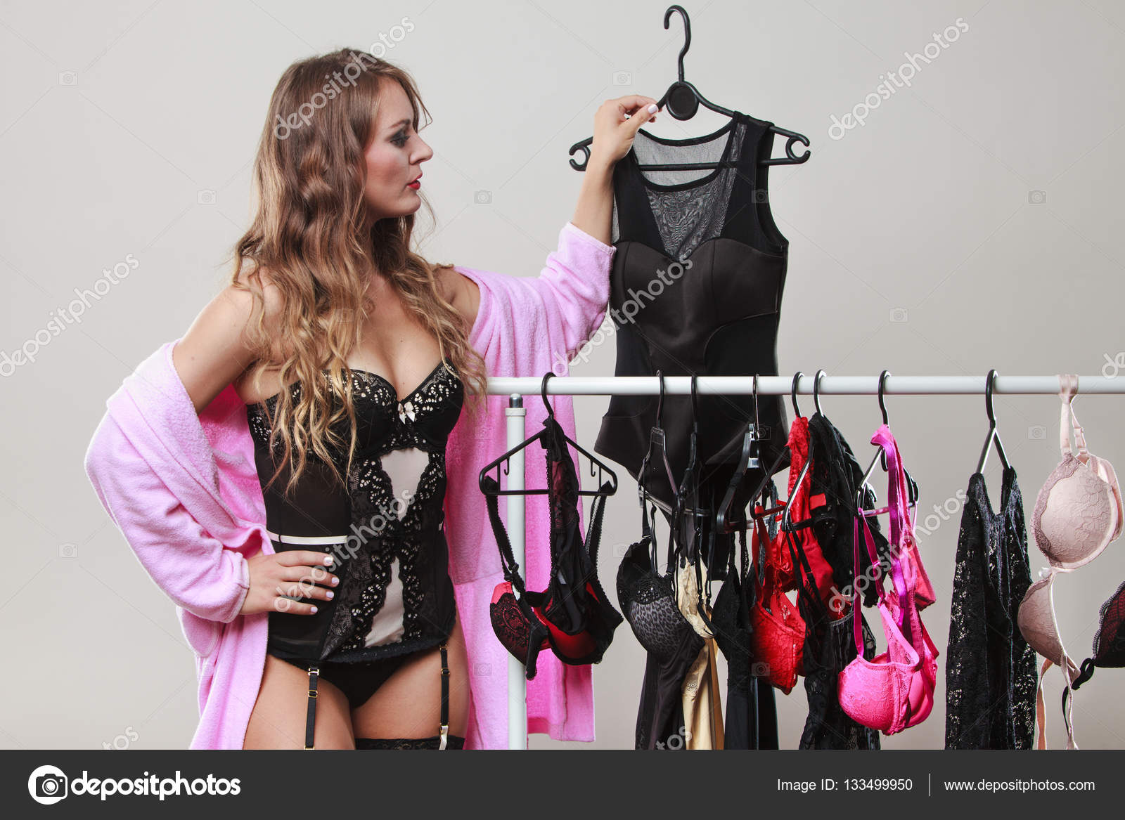 6a48a53378 Sexy y romántico de compras. Hermosa mujer de pelo largo sensual seductora  de compra ropa de la ropa interior. Dylema de elegir ropa interior — Foto  de ...