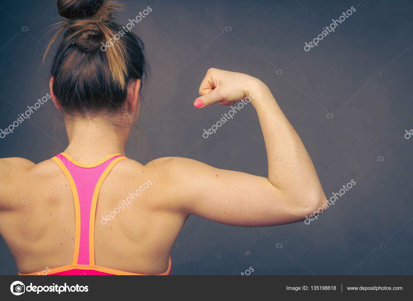 Mujer mostrando los músculos de la espalda y los hombros — Foto de ...