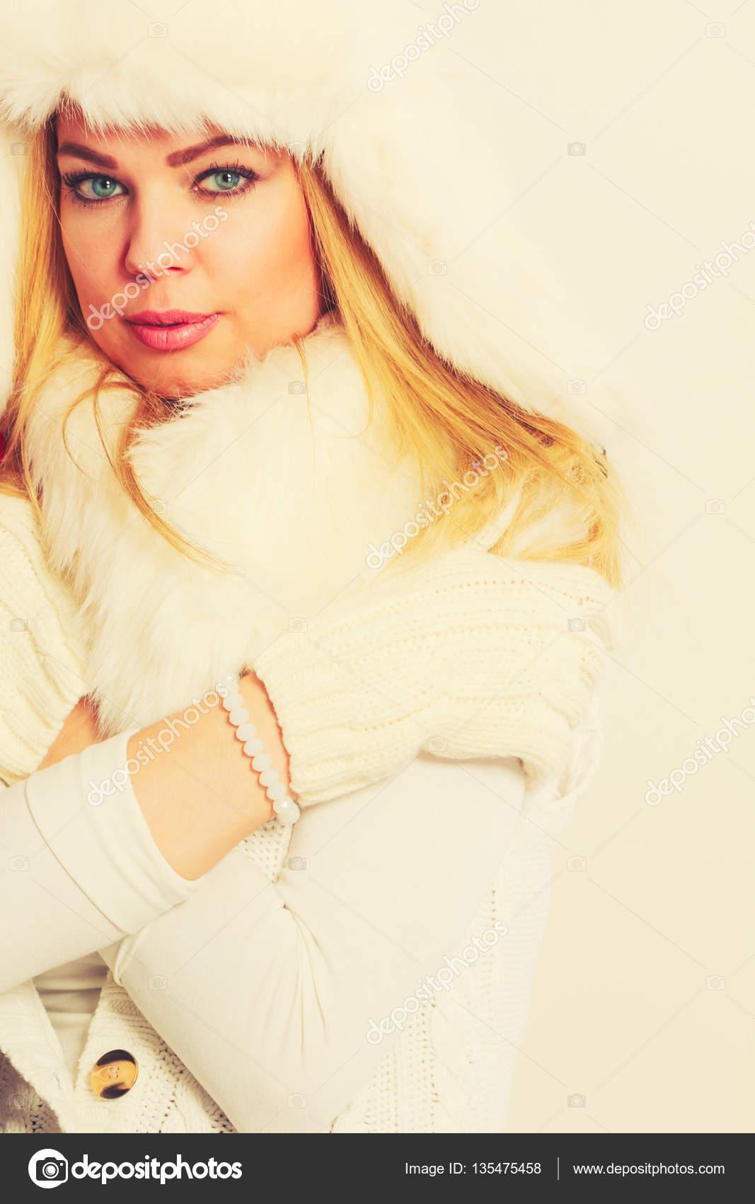 8b369c5f4 Nő a téli meleg ruházat, szőrme sapka-sál — Stock Fotó © Voyagerix ...