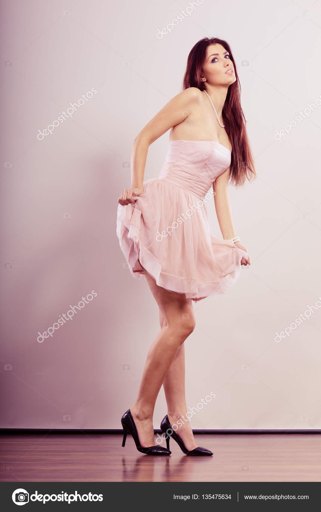 mujer en vestido de brillante y zapatos de tacones — Fotos de Stock ...
