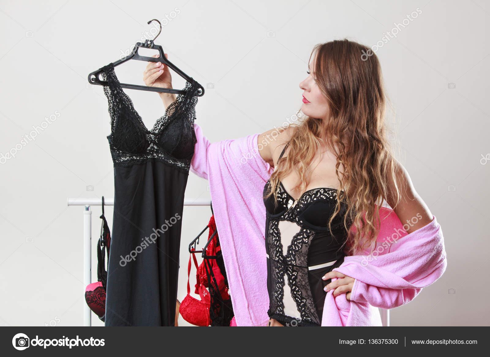 a0ce653de Comprador de mulher sexy na loja com lingerie — Fotografias de Stock ...