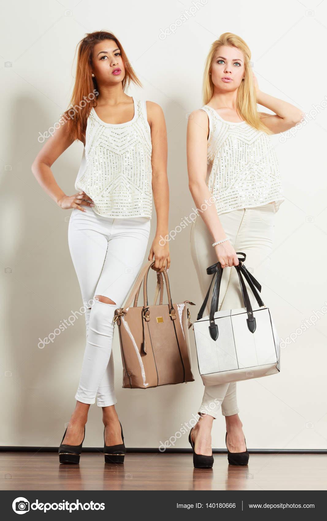 babc98eac Két nő a fehér ruhák, táskák-táskák — Stock Fotó © Voyagerix #140180666