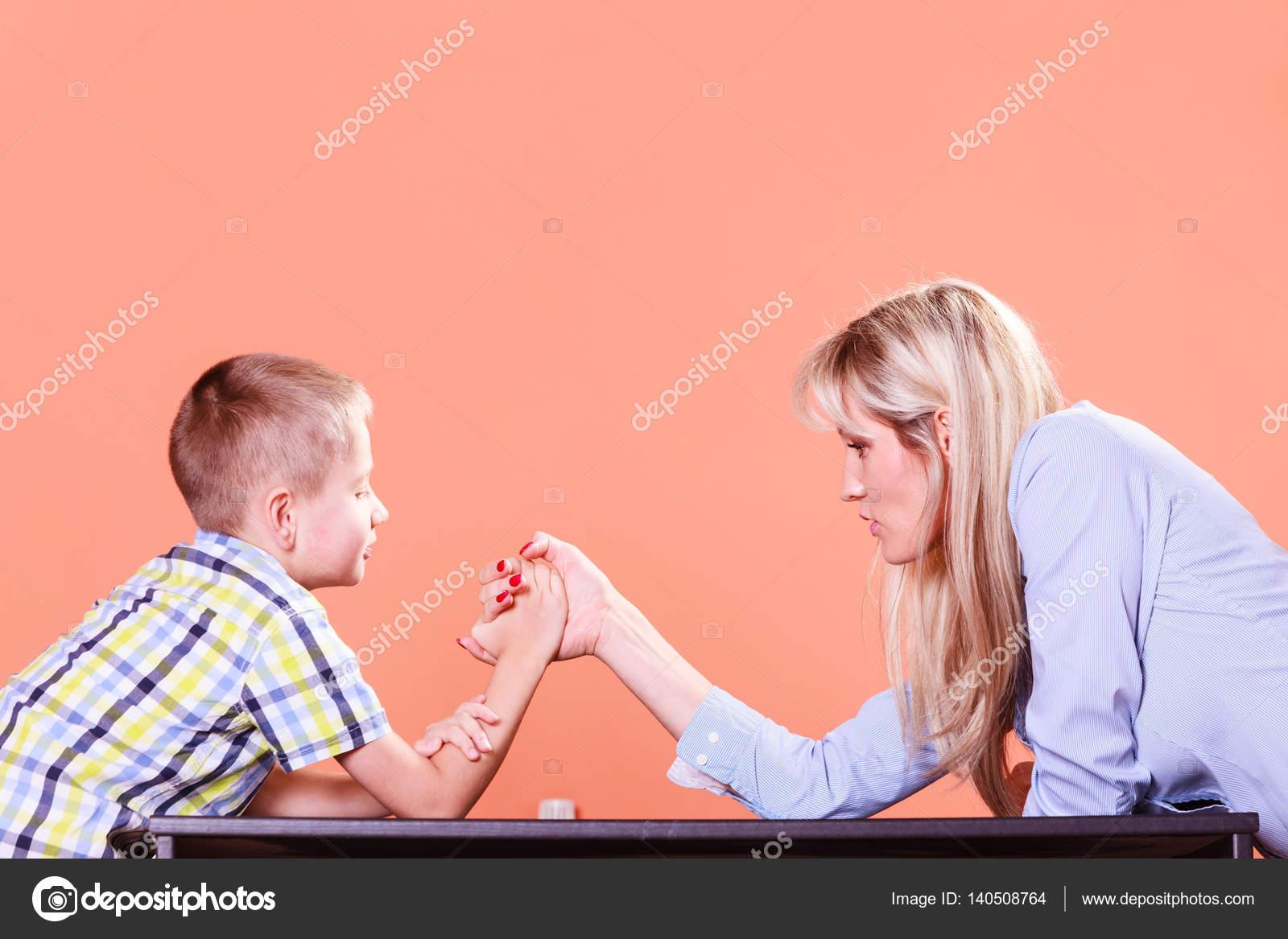 Mamma sprutar på son