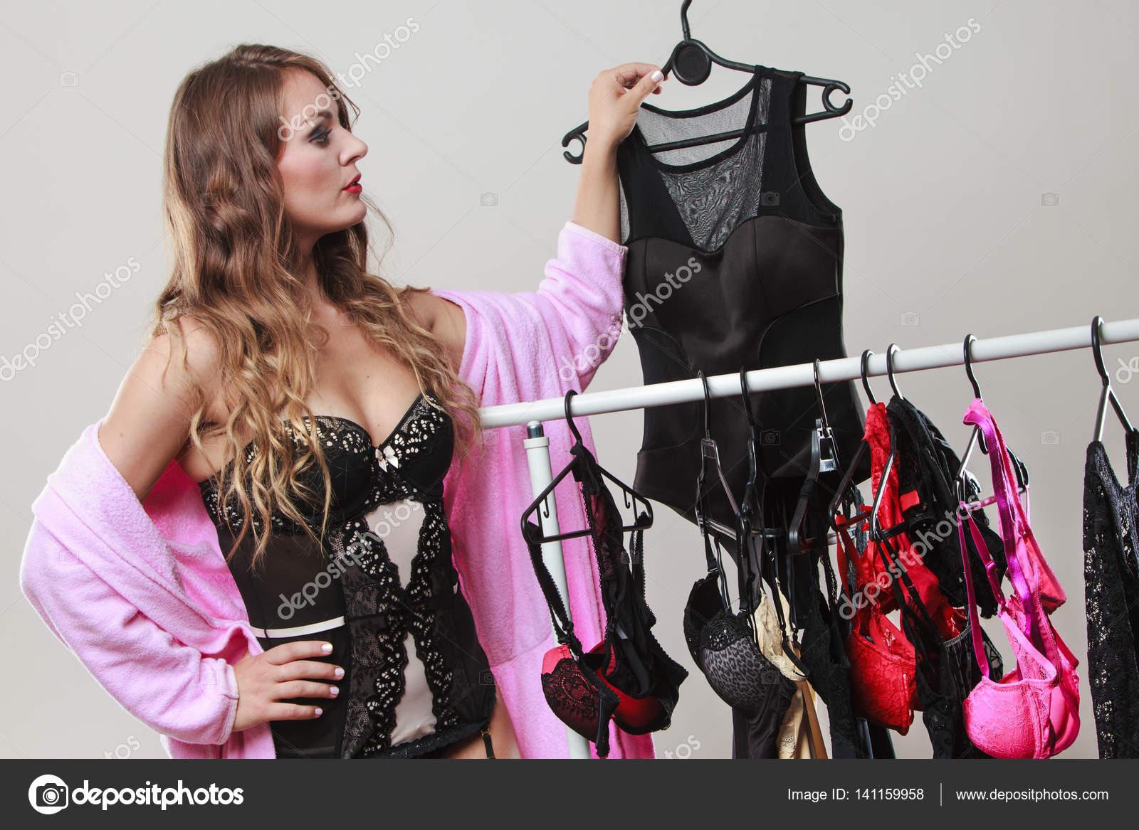 4d01cc9e0c8 Sexy a romantické nakupování. Nádherná smyslná dlouhé vlasy žena nákup  svůdné oblečení spodní prádlo. Dylema vybrat spodní prádlo — Fotografie od  ...