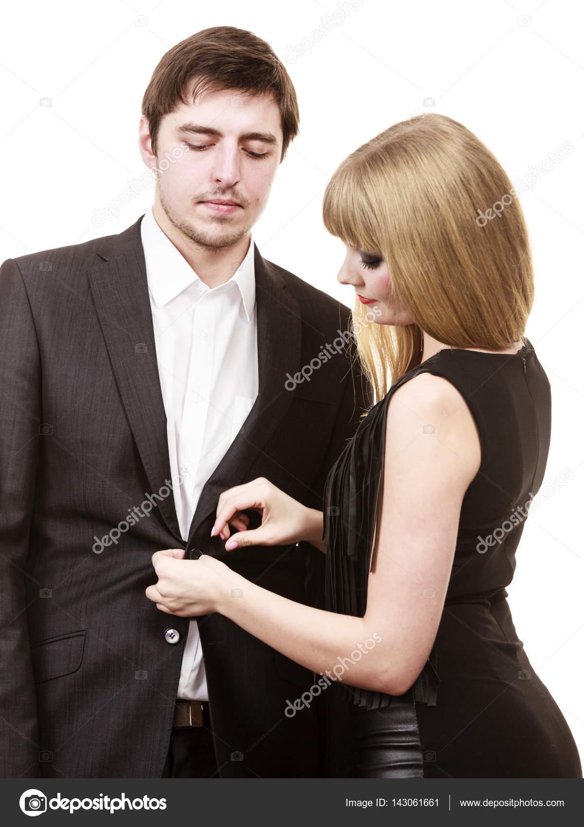 Frau Mann verkleiden sich elegante Kleidung zu helfen — Stockfoto ...