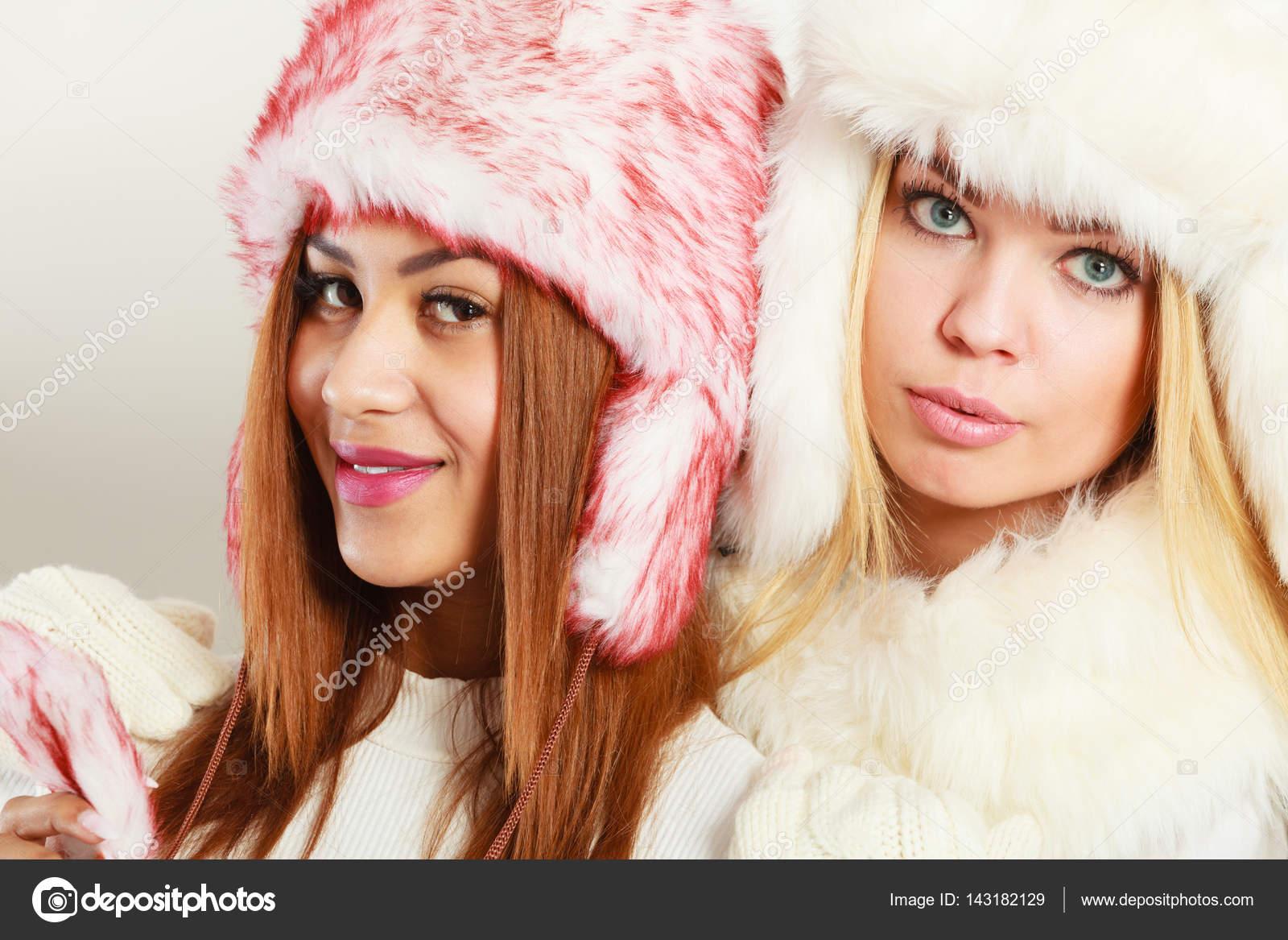 Δύο κορίτσια σε ζεστά χειμωνιάτικα ρούχα πορτραίτο — Φωτογραφία ... e638651eb43