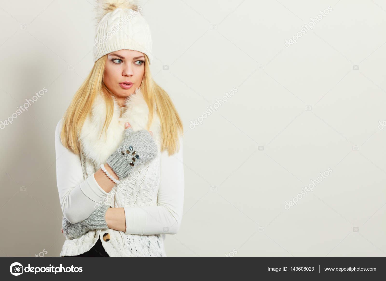 Жінки носять теплий зимовий одяг — Стокове фото — білий © Voyagerix ... 75b11f938f03c