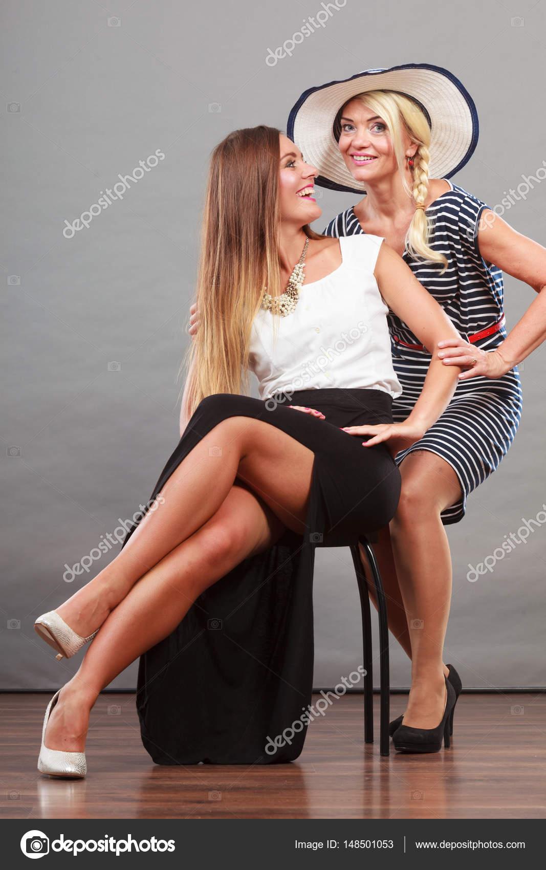 5985cee52 Két nő visel divatos ruhák — Stock Fotó © Voyagerix #148501053