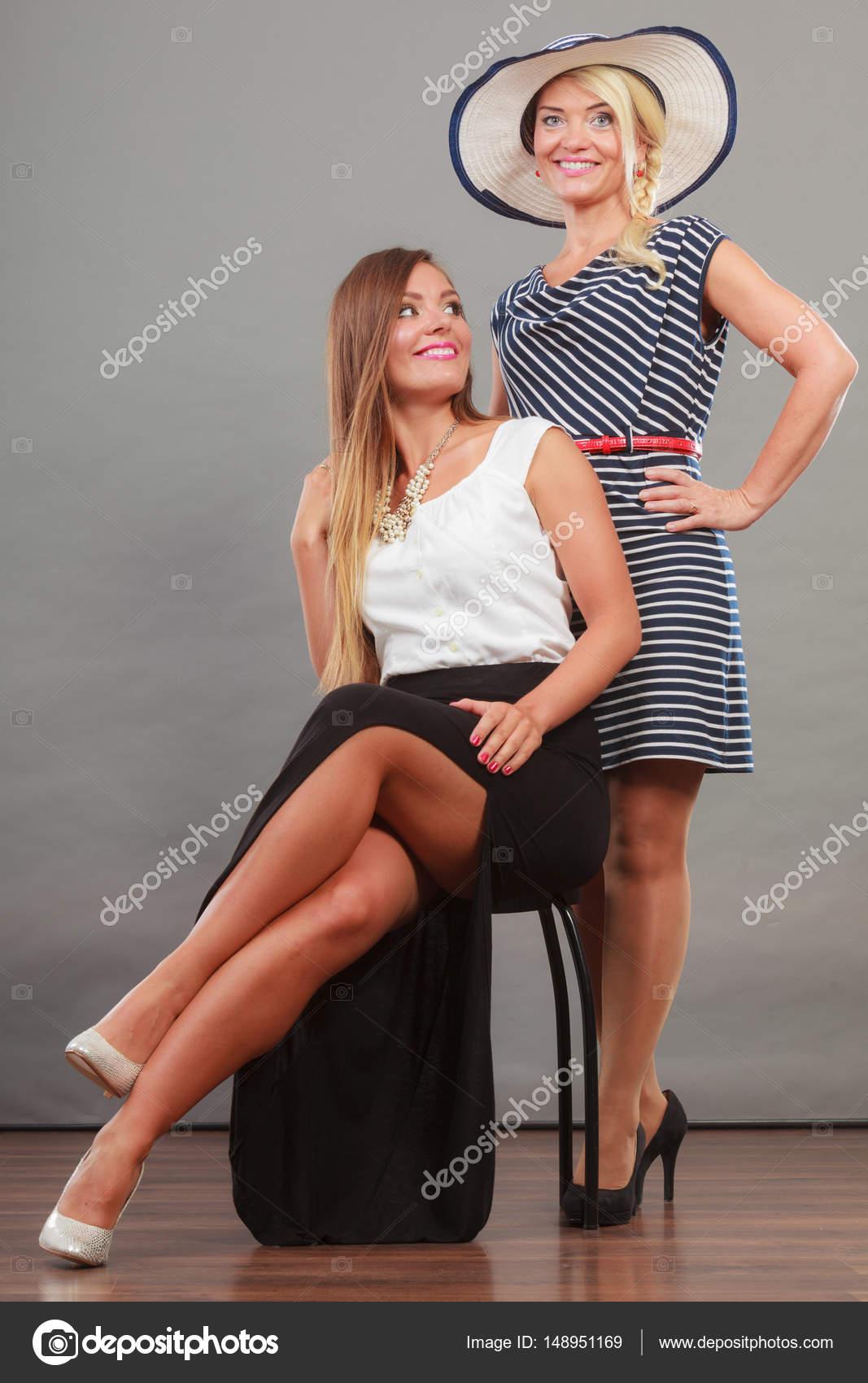 edd4161b674f Δύο γυναίκες που φορούν φορέματα — Φωτογραφία Αρχείου © Voyagerix ...