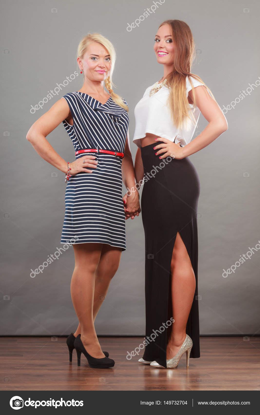 0698988fe Két nő visel divatos ruhák — Stock Fotó © Voyagerix #149732704