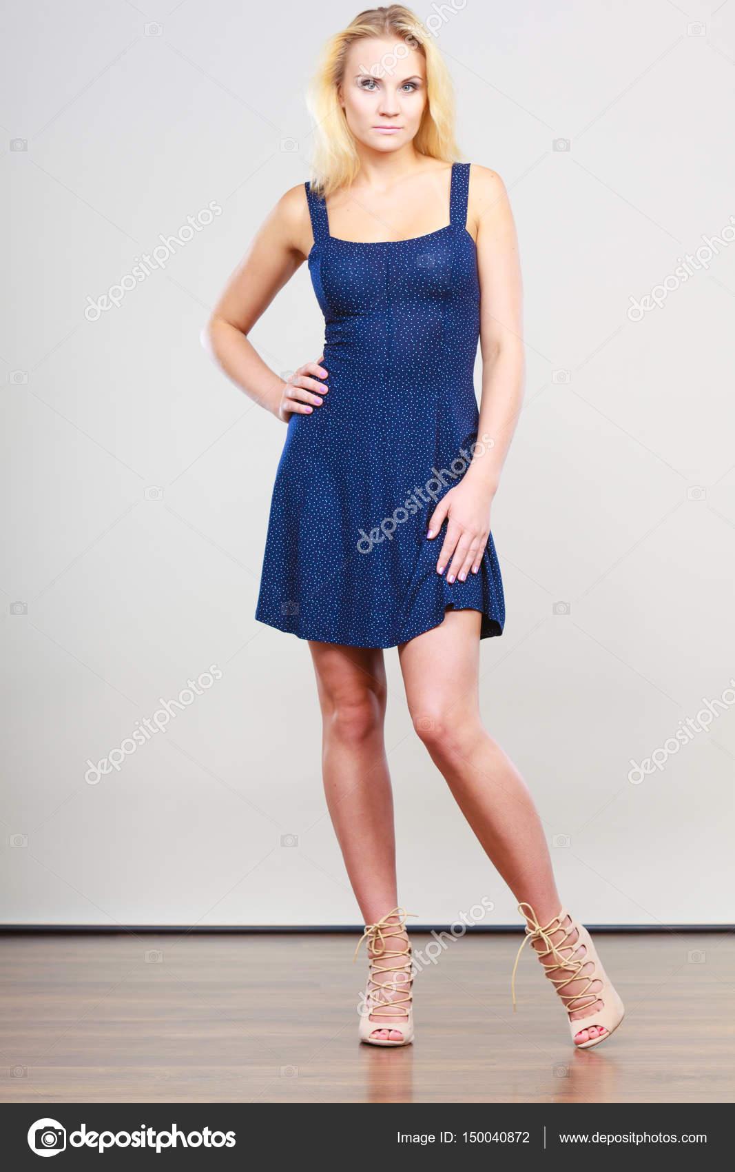 Blonde Frau mit kurzen Marine Cocktailkleid — Stockfoto © Voyagerix ...
