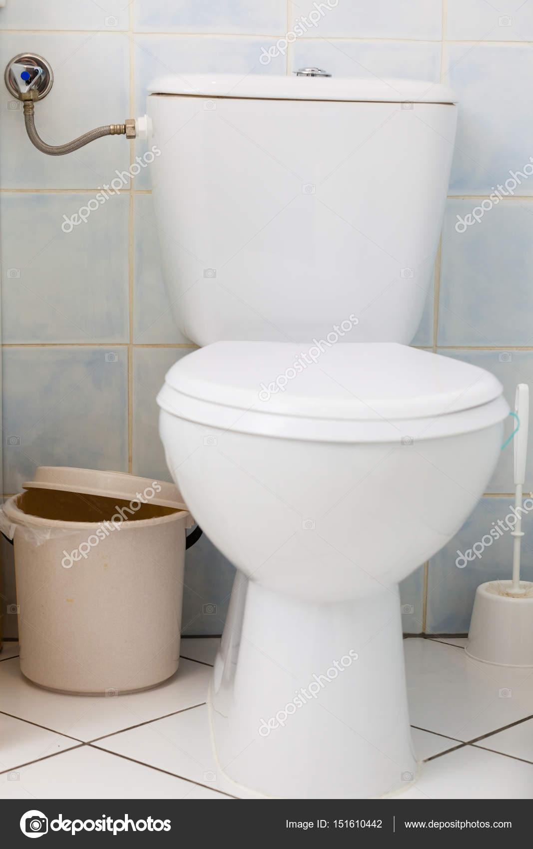 Witte WC in badkamer toilet en de kleine prullenbak kan — Stockfoto ...