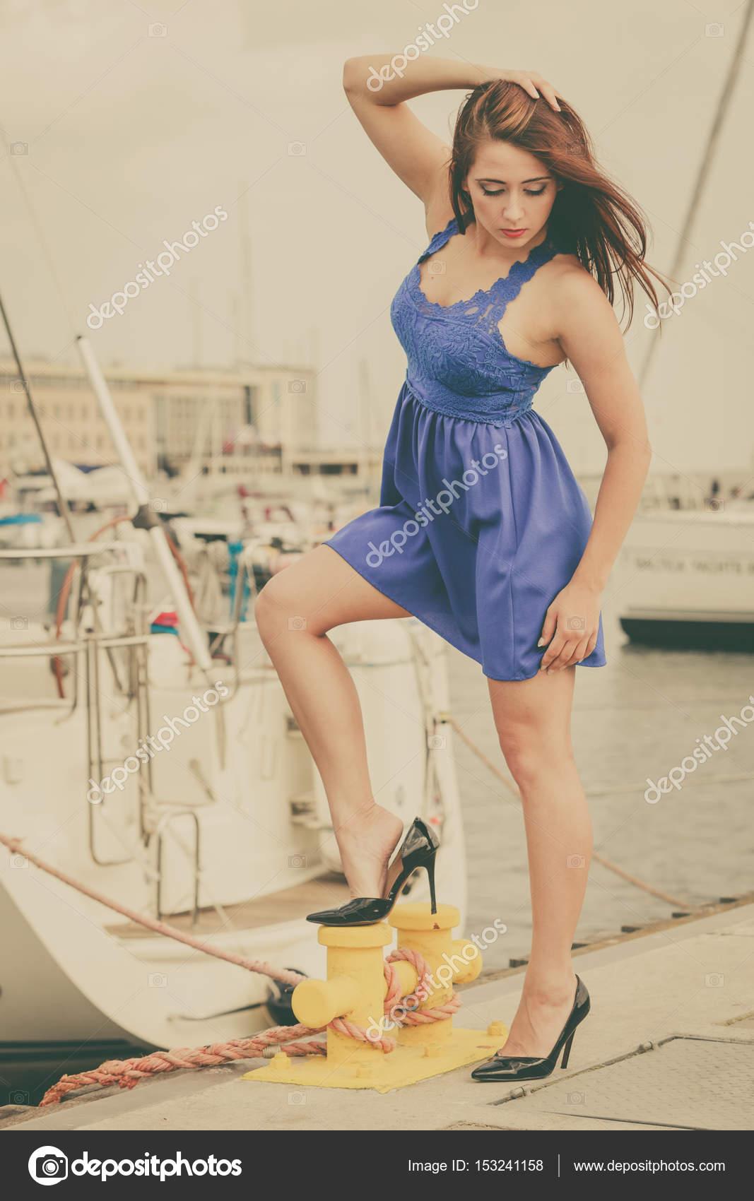 e03bbae7f424 Dominante donna femminista indossando tacchi alti e abito corto blu