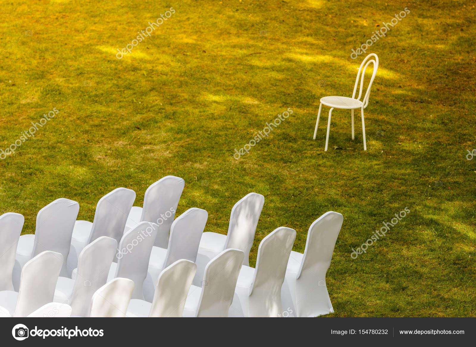 Sedie Bianche Eleganti : Molte sedie di nozze con copertine elegante bianchi u foto stock