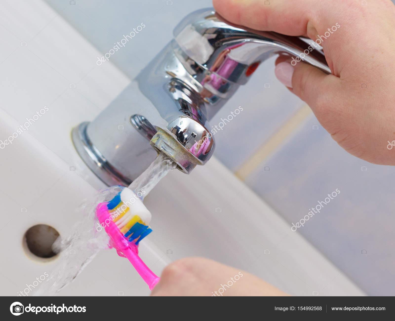 El manto de un hombre en el cuarto de baño con un cepillo ...