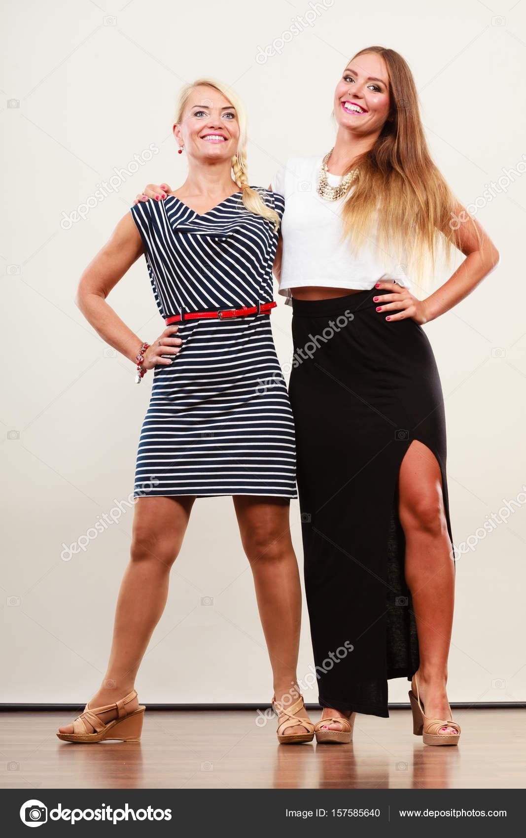 18fcf12165a Δύο γυναίκες που φορούν φορέματα — Φωτογραφία Αρχείου © Voyagerix ...