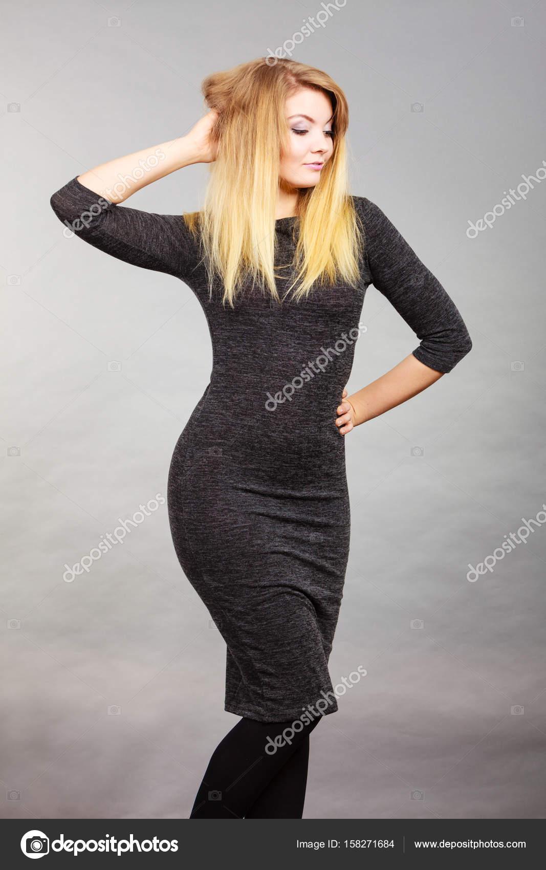 20d8113a8de6 Ελκυστική ξανθιά γυναίκα που φοράει στενό μαύρο φόρεμα — Φωτογραφία ...