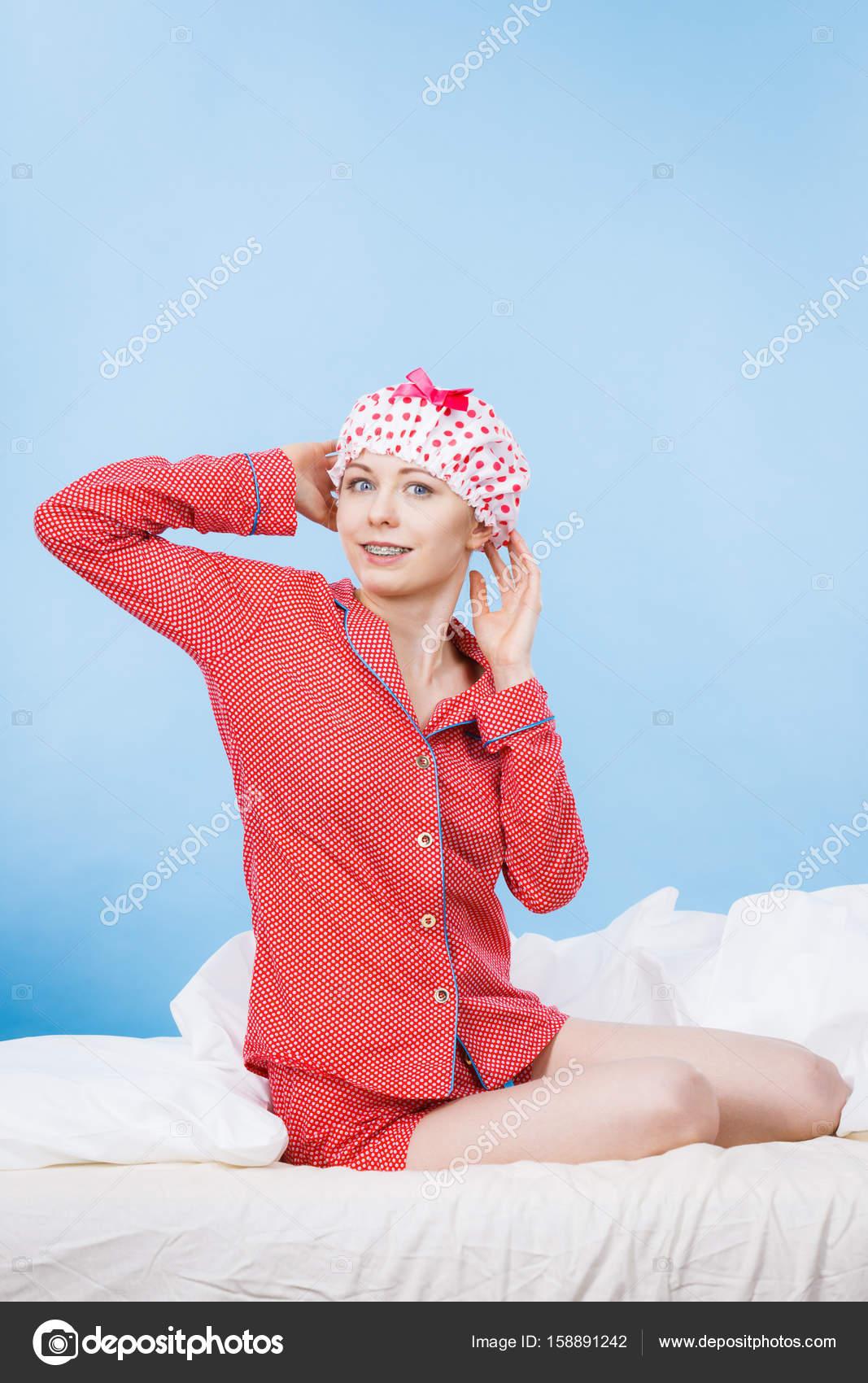 2fe4915c7d Donna divertente felice dopo la doccia indossando il pigiama rosa e  punteggiata cuffia seduto sul letto - immagini: di pigiama divertenti —  Foto di ...