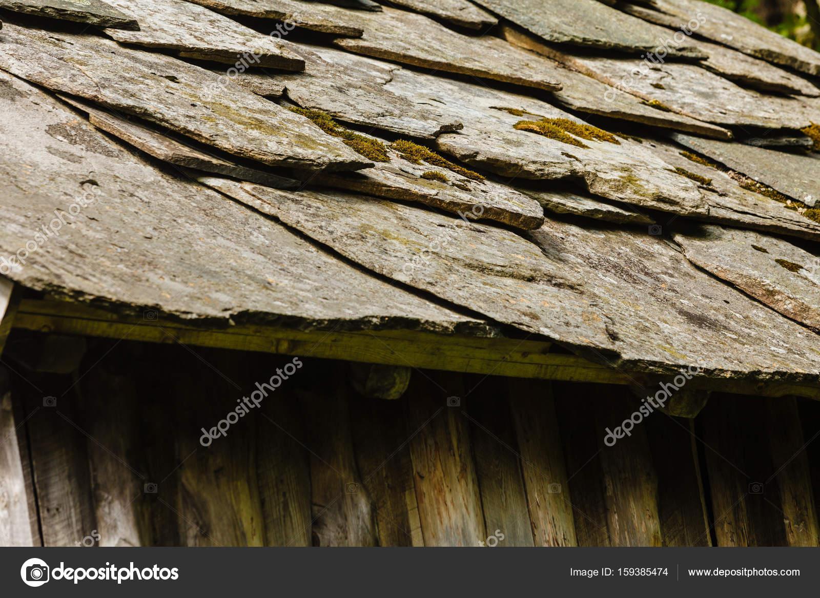 Primo piano del tetto di pietra grigio scuro piastrelle u foto